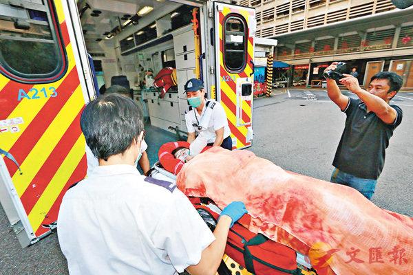 ■少女被巴士輾斷腳,須送院搶救,情況危殆。香港文匯報記者鄧偉明 攝