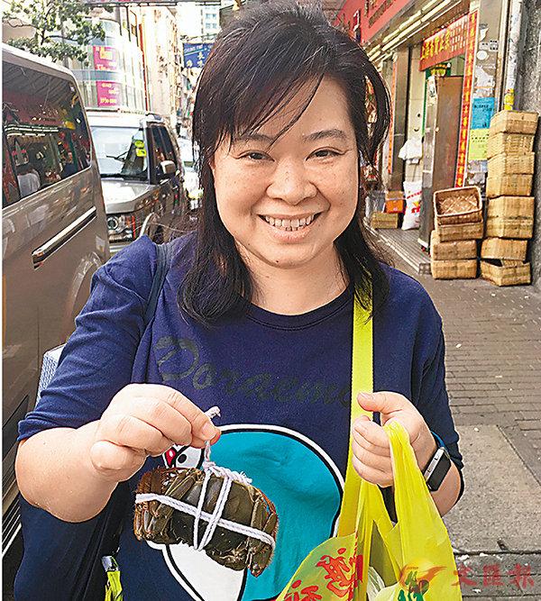 ■朱女士笑言,不是天天食大閘蟹,不擔心食安風險。香港文匯報記者翁麗娜 攝