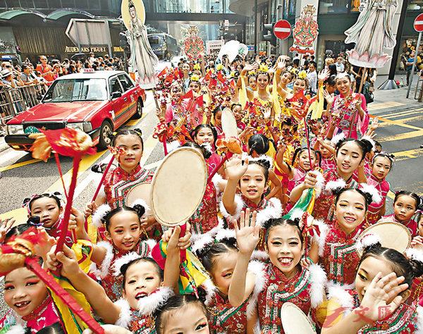 ■小朋友穿上艷麗的服飾參加巡遊。 香港文匯報記者劉國權 攝