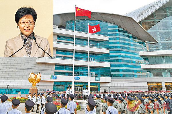 ■林鄭月娥(小圖,香港文匯報記者曾慶威  攝)表示,國歌法的目的在於讓國歌得到尊重。圖為金紫荊廣場舉行升旗儀式。 資料圖片