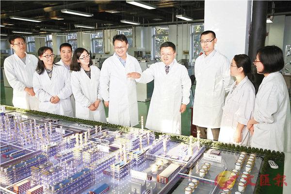 ■擁抱「中國機遇」,投身「中國夢」,成為眾多海外人才的共同選擇。圖為歸國留學人才在北京全國科創中心懷柔科學城內進行討論。 資料圖片