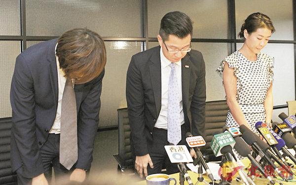 ■縱橫遊公司管理層昨日首次現身向公眾交代事件,並向公眾鞠躬致歉。 香港文匯報記者劉國權  攝