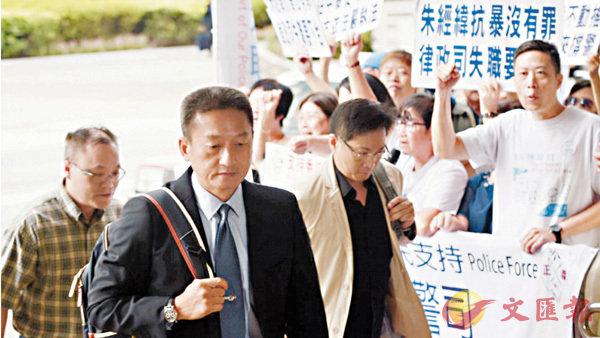 ■朱經緯(左前穿西裝)出庭應訊,大批市民到場打氣。