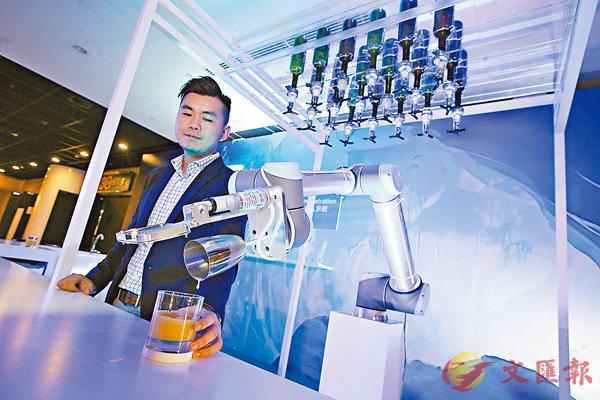 ■場內有機械手臂即場調酒,全日有兩節,每節約半小時,公眾可免費試飲。香港文匯報記者曾慶威  攝