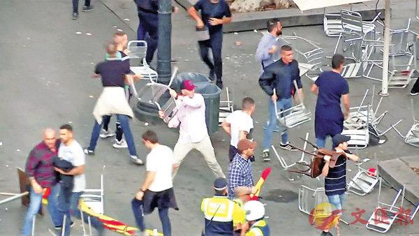 ■巴塞羅那示威者用椅子襲擊他人。 資料圖片