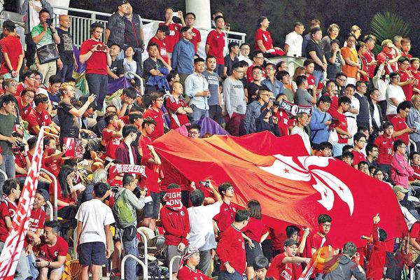 ■昨晚香港對巴林足球友誼賽,一批「港獨」分子再度出現噓國歌行為。香港文匯報記者郭正謙  攝