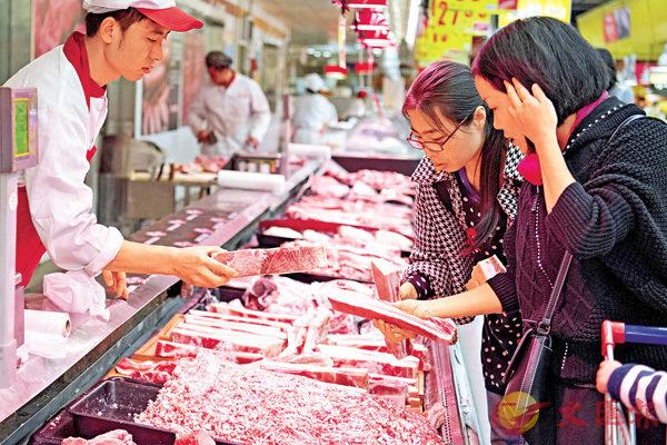 ■內地10月CPI同比上漲1.9%,其中豬肉價格下降10.1%。圖為民眾在山西超市選購豬肉。 中新社