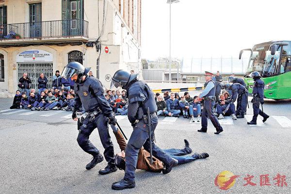 ■示威者佔領巴塞主要火車站,堵塞路軌,嚴重影響居民生活。彭博社