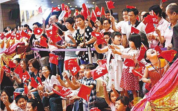 ■國歌法不影響市民的日常生活。圖為大批市民在奧運祝捷活動上,起立揮舞國旗和區旗為港隊歡呼。 資料圖片