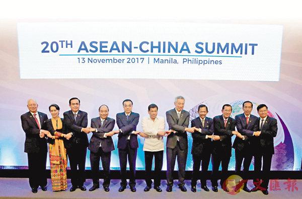 ■李克強(左五)與東盟10國領導人合影。 路透社