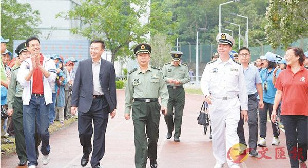 ■何靖(前排左二)等參加「工聯千人義工參觀軍營同樂日2017」活動。