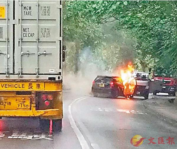 ■劫匪得手後放火燒毀賊車(左)。    網上圖片