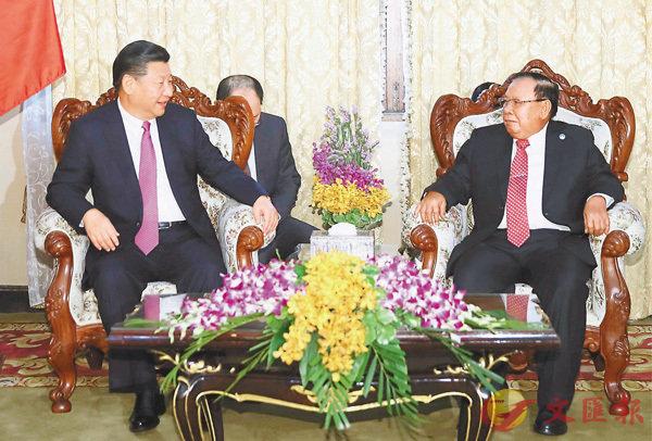 ■習近平(左)和本揚舉行會談,雙方同意加快戰略對接,共建中老經濟走廊,推進中老鐵路等標誌性項目。 新華社