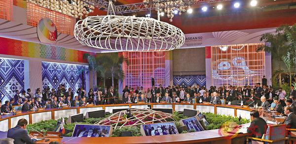 ■東盟十國領導人以及中國國務院總理李克強、日本首相安倍晉三、韓國總統文在寅共同出席10+3會議。  中新社