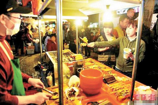 ■大陸遊客在台北士林夜市品嚐美食。網上圖片