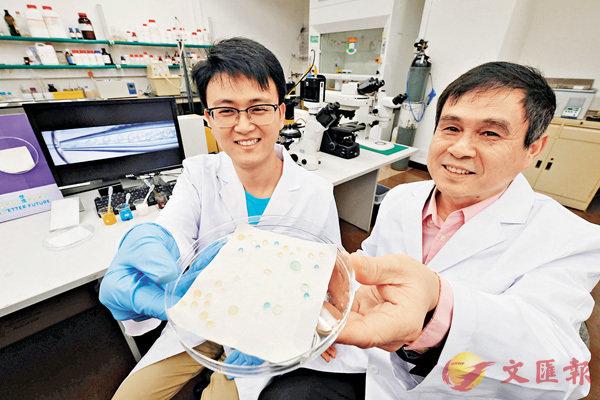 ■王立秋(右)及朱平安展示他們創新的防水防油物料。香港文匯報記者梁祖彝  攝