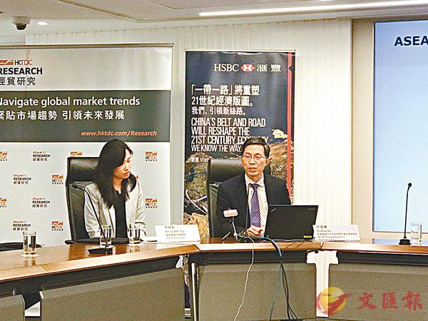 ■何達權(右)指,香港與東盟的貿易於2010年至2016年間每年增長4%。香港文匯報記者莊程敏  攝