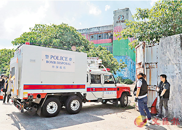 ■警方在西貢亞視前廠房檢獲大批爆炸品及武器。爆炸品處理課專家開入廠房搜證。 資料圖片