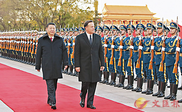■習近平在北京人民大會堂東門外廣場舉行歡迎儀式,歡迎巴雷拉訪華。 新華社