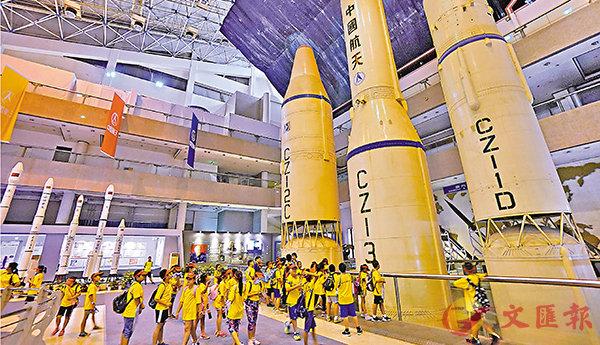 ■8月10日,學生們在中華航天博物館參觀。 資料圖片
