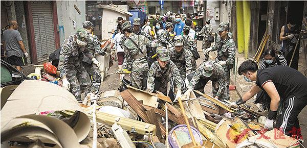 ■駐澳門部隊官兵約千人,協助澳門特區政府救助颱風「天鴿」帶來的重大災害。資料圖片