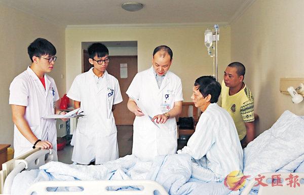 ■ 劉思德向患者耐心講解。   香港文匯報廣州傳真