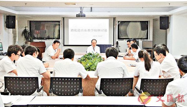 ■ 劉思德和科室年輕醫生一起進行案例討論分析。  香港文匯報廣州傳真
