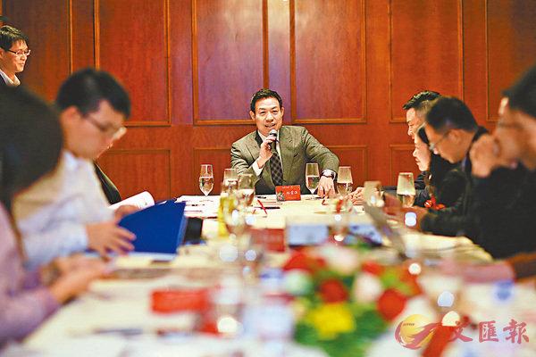 ■三盛集團董事長林榮濱(中)日前在福州會見內地與香港財經媒體訪問。  香港文匯報記者何德花  攝