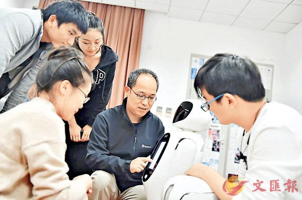 ■張文強課題組在溝通完善機器人功能操作界面。