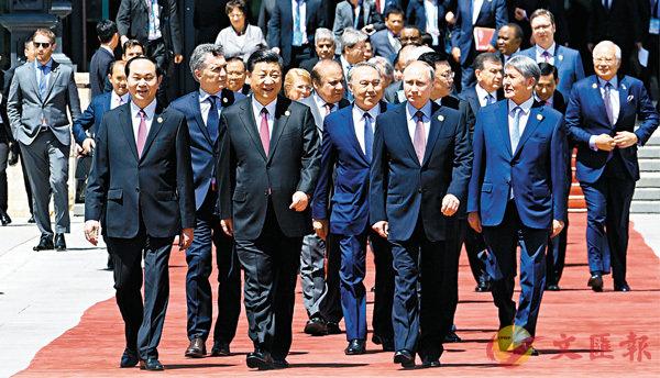■ 昨日,中國共產黨與世界政黨高層對話會拉開序幕,對話會有利於推動構建新型國際關係,讓中國與世界攜手前行。圖為今年5月習近平與出席「一帶一路」國際合作高峰論壇圓桌峰會的各國領導人在一起。 資料圖片