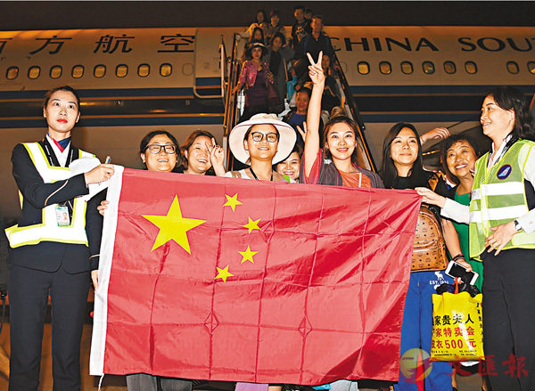 ■昨日早晨5點43分許,滯留峇里島同胞搭乘CZ6066航班飛抵深圳寶安國際機場,並舉起中國國旗,感謝祖國的幫助。 中新社