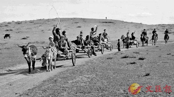 ■ 上世紀乘坐勒勒車的烏蘭牧騎。 作者提供