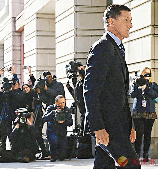 ■弗林在律師陪同下,現身華盛頓聯邦地方法院,大批傳媒到場採訪。路透社