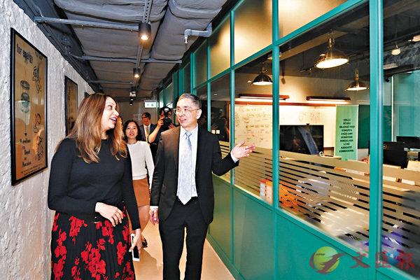 ■劉怡翔(右一)參觀太古坊共用工作空間blueprint,了解共用工作空間配套設施。