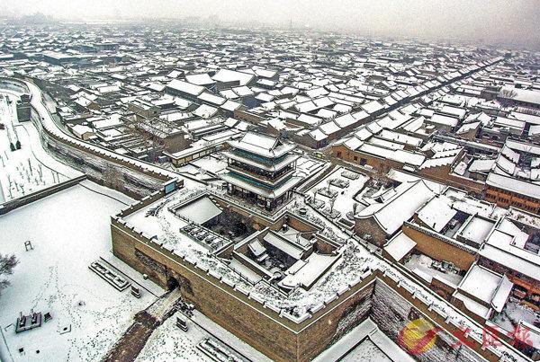 ■某年冬雪過後,平遙古城銀裝素裹,莊嚴靜謐。 新華社