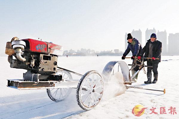 ■為準備哈爾濱冰雪大世界的展品,採冰人在冰上冒嚴寒割出冰磚。  新華社