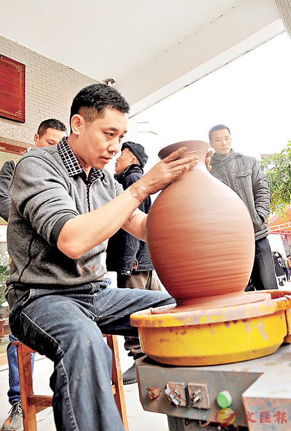■中國當代百名藝術家現場雕刻坭興陶。