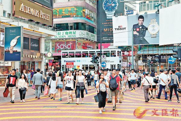 ■香港市民和遊客在銅鑼灣商業區遊覽購物。 資料圖片
