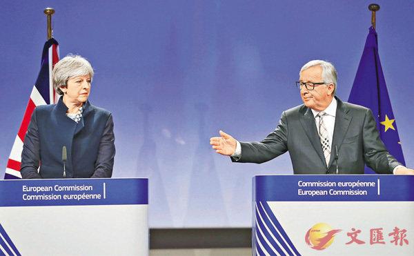 ■打了一條英國品牌領帶的歐盟委員會主席容克,在會議前輕搭文翠珊肩膊(小圖),氣氛輕鬆,但到聯合記者會時向文翠珊「黑面」。 路透社
