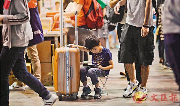■研究發現,17%香港家長有較高閱讀興趣,他們的子女閱讀成績亦顯著高於其他學生。圖為一個小朋友在香港書展上閱讀。 資料圖片