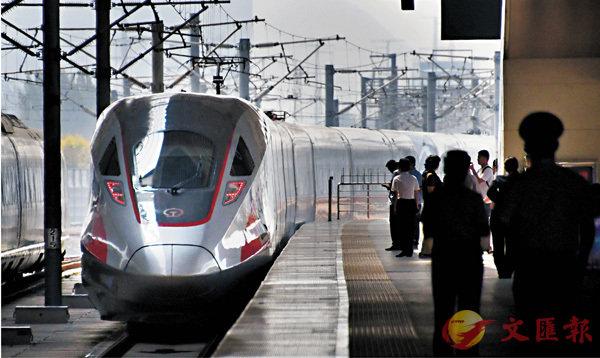 ■時速350公里的「復興號」的正式運營,標誌�荍痚磞足陞@界高鐵商業運營速度最高的國家。 資料圖片