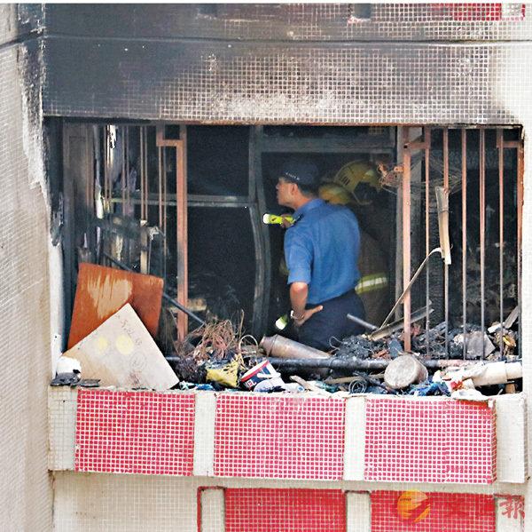 ■消防員進入被火燒毀的單位視察。 香港文匯報記者劉友光 攝