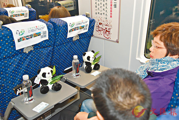 ■西成高鐵首列動車為每位乘客提供了熊貓紀念品。 香港文匯報記者李陽波  攝