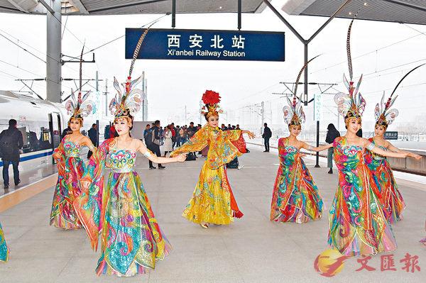 ■西安北站首發式上的仿唐樂舞表演。香港文匯報記者李陽波  攝