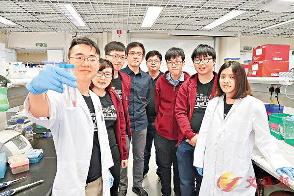 ■中大基因工程隊利用指尖轉換原理設計「甲型流感病毒快速測試」。左一為杜正悅。校方供圖
