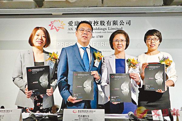 ■愛康醫療主席李志疆(左二)看好3D打印前景巨大。香港文匯報記者張美婷  攝