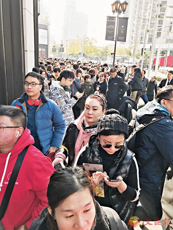 ■星巴克新店門外等候進店的人大排長龍。
