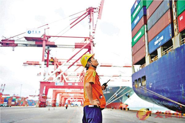■此次美國商務部的裁定有意打破之前不追溯再加工原材料來源的慣例,可能會使得中美貿易摩擦進一步擴大。圖為工人在山東青島的港口工作。 資料圖片
