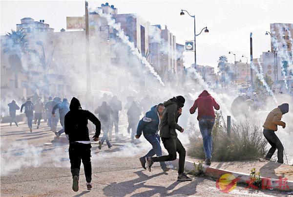 ■約旦河西岸數以千計巴勒斯坦人示威,與以軍爆發衝突。路透社