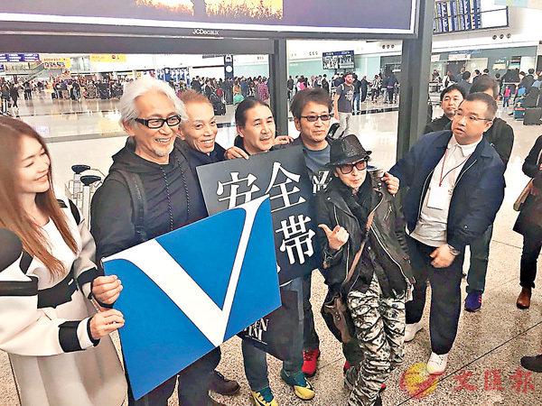 ■玉置浩二偕妻子、隊友抵港。
